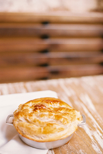 A freshly baked pie with a pastry top on a tableの写真素材 [FYI02249244]
