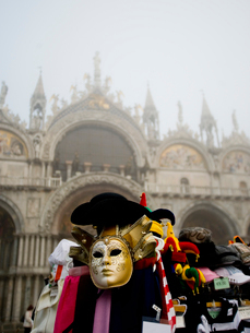 Piazza San Marco and the Basilica San Marco. A stall selling carnival masks and hats.の写真素材 [FYI02249333]