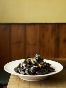 A traditional dish of steamed mussels, seafood on a white plate. Pub food.の写真素材 [FYI02249372]
