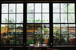 Interior view of a restaurant in Manhattan's West Village, window overlooking a garden.の写真素材 [FYI02249382]