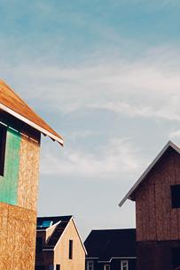 Homes under construction in suburban housing developmentの写真素材 [FYI02249387]