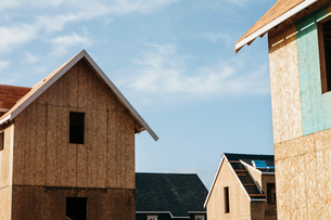 Homes under construction in suburban housing developmentの写真素材 [FYI02249457]