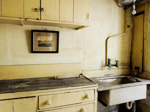 An old fashioned kitchen sink and cupboards.の写真素材 [FYI02249461]