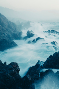 The Pacific Ocean coastline, with waves crashing against the shore.の写真素材 [FYI02249468]