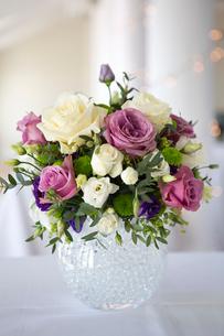 Arrangement of white, pink and purple wedding flowers.の写真素材 [FYI02249563]