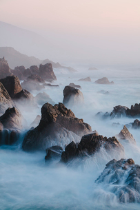 The Pacific Ocean coastline, with waves crashing against the shore.の写真素材 [FYI02249568]