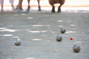 A boules game in 有ogress on the sandy ground in the shade.の写真素材 [FYI02249575]