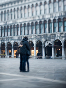 Piazza San Marco, St Mark's square. A couple embracing in the square.の写真素材 [FYI02249657]