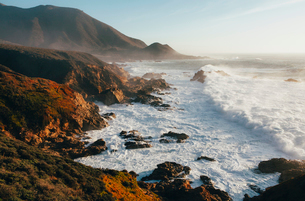 The Pacific Ocean coastline, with waves crashing against the shore.の写真素材 [FYI02249770]
