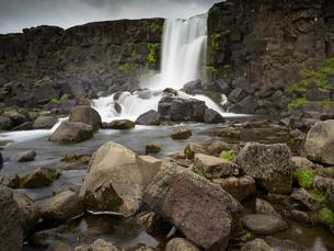 Oxararfoss in Pingvellir National Park, waterfall cascading over a sheer cliff.の写真素材 [FYI02249900]