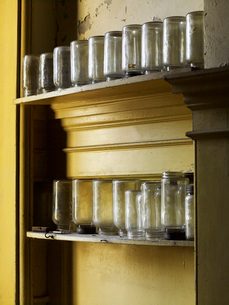 Shelves storing upturned glass jars in a kitchen.の写真素材 [FYI02249945]