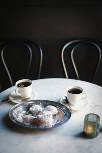 Two cups of coffee and a tray of sugared pastries.の写真素材 [FYI02250046]