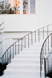 A historic late 18th century house with white walls and a curved exterior staircaseの写真素材 [FYI02250061]