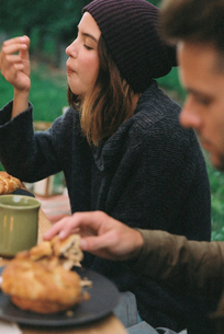 An apple orchard in Utah. A couple eating, food and drink on a table.の写真素材 [FYI02250062]