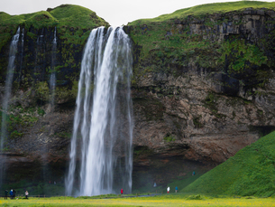 A waterfall cascade over a sheer cliff.の写真素材 [FYI02250093]