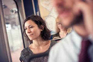 A woman on a busy bus looking out of the windowの写真素材 [FYI02250160]