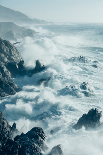 The Pacific Ocean coastline, with waves crashing against the shore.の写真素材 [FYI02250255]
