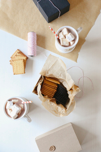 A jar of homemade marshmallows and sweet biscuits.の写真素材 [FYI02250284]