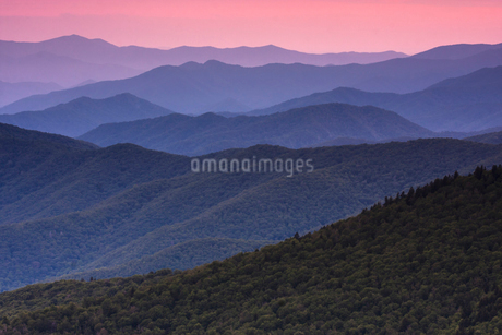 The Great Smoky Mountains in Tennessee at dusk.の写真素材 [FYI02250288]