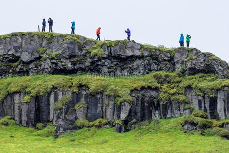 Hikers on the cliffs near Gullfossの写真素材 [FYI02250329]