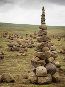 A tall rock cairn made by hikers to mark a spot on a walking path.の写真素材 [FYI02250362]