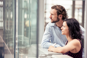 A man and woman side by side outside a city buildingの写真素材 [FYI02250518]