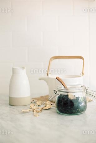 Tea pot, jug and a glass jar with black tea leaves.の写真素材 [FYI02250597]