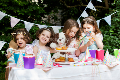 Group of young girls dressed up at a garden party.の写真素材 [FYI02250637]
