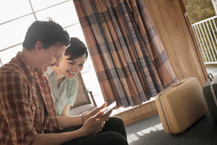 A young couple in a motel room.の写真素材 [FYI02250745]
