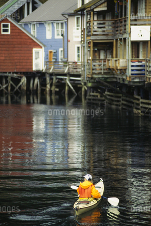 A man in a kayak in the creek by the jetty in Ketchikan,の写真素材 [FYI02250912]