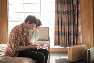 A young couple in a motel room.の写真素材 [FYI02250947]