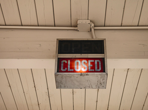 A neon sign saying Closed at a bank in Ellensburg.の写真素材 [FYI02250990]