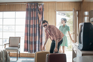 A young couple arriving in a motel room.の写真素材 [FYI02251003]