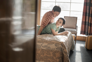 A young couple in a motel room.の写真素材 [FYI02251156]