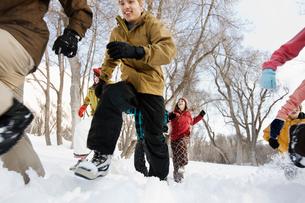 Children running across the snow.の写真素材 [FYI02251231]