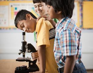 Two children using a microscope.の写真素材 [FYI02251232]