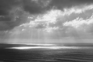 Sunlight through clouds over the oceanの写真素材 [FYI02251339]