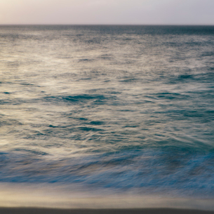 Breaking waves and the surface of the water at dawn.の写真素材 [FYI02251365]