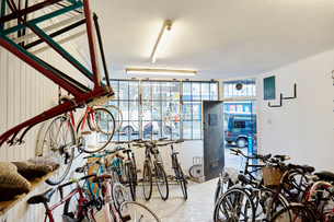 A bicycle shop, stocked with sports bikes, mountain and road bicycles.の写真素材 [FYI02251384]