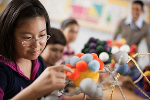A group of students handling round shapes, making scientific models, molecular structures.の写真素材 [FYI02251424]