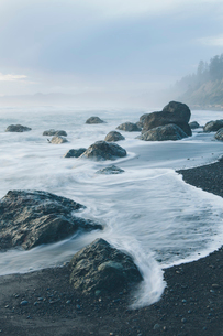 Large rock formations on coastline, incoming tide and surf, long exposure, on Ruby Beachの写真素材 [FYI02251518]