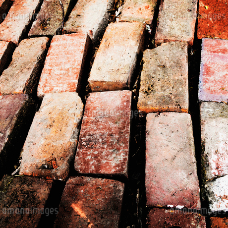Stacks of bricks, worn and aged, arranged in rows, for reuse.の写真素材 [FYI02251539]