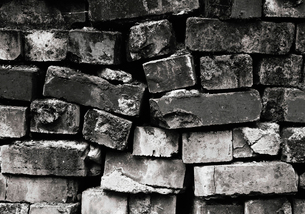 Pile of bricks with cracked and worn edges.の写真素材 [FYI02251588]