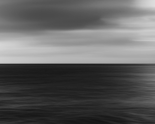 Blurred motion, the sea at dusk.の写真素材 [FYI02251730]
