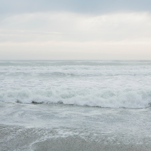 Breaking waves and surf on the Pacific Ocean shore.の写真素材 [FYI02251735]