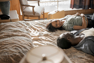 A young couple in a motel room.の写真素材 [FYI02251766]