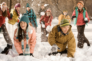 A group of children and young people having a snowball fight.の写真素材 [FYI02251777]