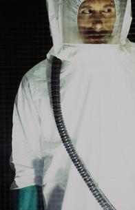 Portrait of man wearing protective clean suitの写真素材 [FYI02251905]