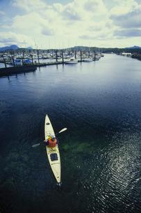 A man in a sea kayak in the creek or estuary at Ketchikan.の写真素材 [FYI02251910]