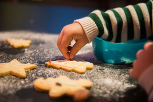A child decorated Christmas biscuits.の写真素材 [FYI02251986]